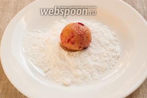 Из теста сформировать небольшие шарики (примерно как грецкий орех), обвалять каждый в сахарной пудре.