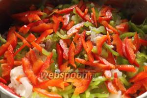 Затем нарезанный болгарский перец.