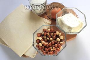 Для приготовления нам понадобятся тесто слоёное, творог, фундук, сахар, яйцо.