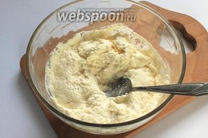 Творог растереть с яйцом. Если творог сухой, то добавить несколько ложек молока.