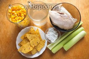 Подготовьте необходимые ингредиенты: куриный бульон, кукурузу, курицу, крахмал, лук-порей, стебли сельдерея,  кукурузный крахмал и чипсы начос для подачи. Я не указываю количество соли так, как это зависит от степени солёности бульона и кукурузы, поэтому солить суп нужно по вкусу!
