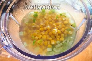 Влейте в чашу блендера бульон, добавьте кукурузу (без сока, если она консервированная), овощи. 0,5 стакана бульона оставьте. Измельчите смесь до однородного состояния.