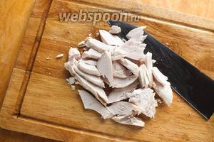 Нарежьте куриное мясо кусочками и немного его подогрейте.