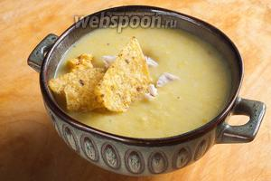 Готовый суп разлейте по тарелкам, добавьте разломанные чипсы начос и кусочки куриной грудки! Так же при подаче можно добавить в тарелку несколько капель соуса «Табаско» и зелень кинзы и петрушки. Приятного аппетита!