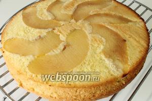 Готовый бисквит достать из духовки, дать немного остыть в форме, затем перевернуть на решётку и подождать полного остывания.