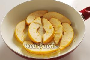 Выложить дольки айвы в масло, натереть цедру и на среднем огне карамелизировать с двух сторон. Затем на плоды выжать сок половины лимона, закрыть крышку и продержать на среднем огне минут 10 до размягчения долек.