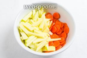 Яблоко и морковь вымыть. Морковь нарезать кружочками, а яблоко — соломкой. Взбрызнуть лимонным соком.