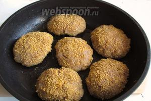 Обвалять котлеты в панировочных сухарях и выложить на предворительно разогретую сковороду с растительным маслом.