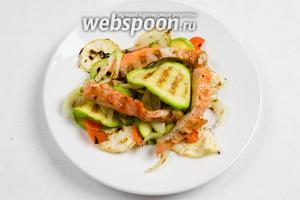 Сверху выложить кусочки рыбы. Снова взбрызнуть рыбу соком. Блюдо украсить чёрным кунжутом и дольками лимона. Подавать блюдо к обеду или ужину.