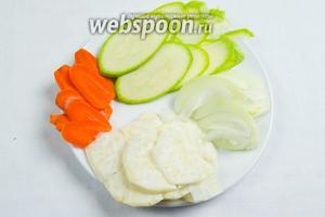 Овощи вымыть. Почистить. Нарезать тонкими «чипсами».
