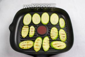 На сковороде гриль обжарить кабачки с двух сторон, добавляя сухой тимьян.
