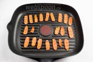 Также обжарить морковь, корень сельдерея и лук.