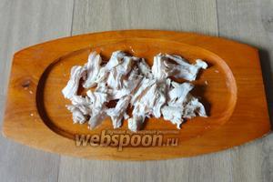 Куриное мясо нарезаем.