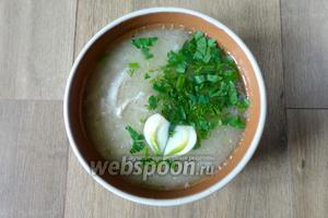 Готовый суп разливаем по тарелкам, подаем с зеленью и чесноком. Можно добавить сок лимона.