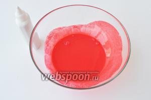 В кефир добавить чайную ложку пищевого красителя и размешать до однородной массы.