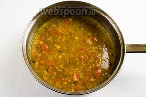 В сковороду к луку со специями добавить 300 мл бульона, в котором варился горох. Готовить в течение 10-15 минут, помешивая, пока не испарится жидкость.
