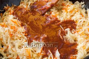 Рис промыть, добавить к овощам, перемешать. Томатную пасту соединить с водой, размешать до однородного состояния, добавить в общую массу. Посолить и приправить по вкусу.