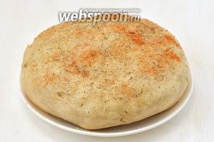 Вынуть хлеб и по желанию смазать сверху столовой ложкой сливочного масла и посыпать сверху любимыми пряными травами. Хлеб в мультиварке готов.