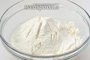 Добавить в дрожжевую смесь просеянную муку и соль.
