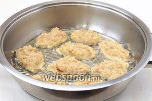 На раскалённую сковороду с растительным маслом столовой ложкой выкладывать небольшие котлеты.
