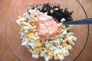Смешайте майонез, раздавленный чеснок и икру. Добавьте яйца, заправьте салат получившимся соусом с икрой. Поперчите, посолите, перемешайте.