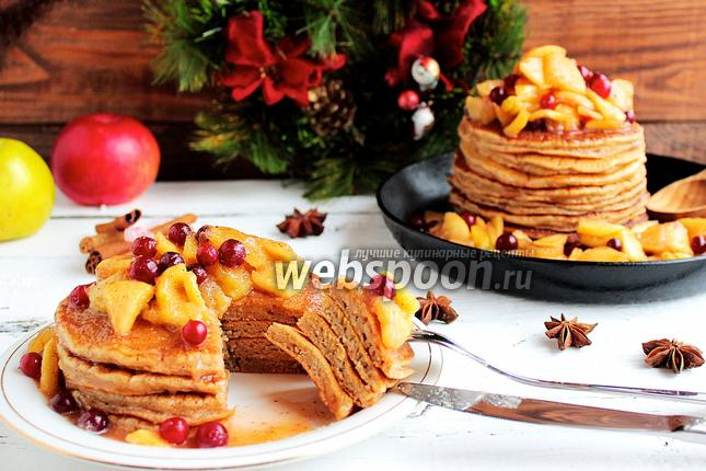 Фото Панкейки с карамельными яблоками и клюквой