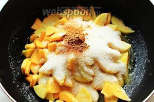 Добавить яблоки сахар и корицу. Готовить 6-8 минут до мягкости яблок и до слегка золотистого цвета соуса/карамели.