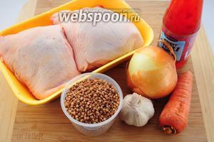 Для приготовления курицы с гречкой в мультиварке вам понадобятся: куриные бёдра, лук, морковь, чеснок, гречка, соль, перец, растительное масло, вода, сладкий соус чили и черный молотый перец.