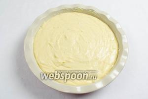 В подготовленную (смазанную сливочным маслом) форму влить тесто.