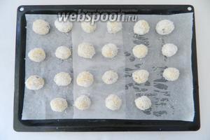 Каждый шарик обваливаем в оставшейся кокосовой стружке и выкладываем на противень.