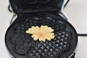 Для приготовления цветных вафель выложить на середину разогретой вафельницы чайную ложку любого теста. Выпекать почти до готовности (приблизительно 35-40 секунд).