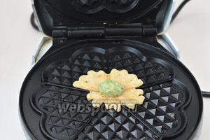 Сверху выложить четверть чайной ложки теста другого цвета и прижать сверху крышкой на 3-4 секунды. Сразу крышку открыть и вафлю снять.