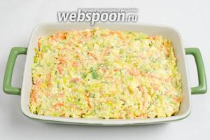 Выложить творожную массу с овощами в подготовленную (слегка смазать стенки и дно маслом)форму.