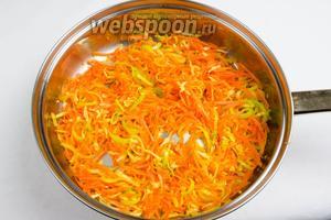 Нагреть сковороду с оливковым маслом. Лук, сельдерей и морковь пассеровать до мягкости в течение 10 минут.