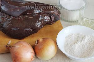 Для приготовления отбивных взять говяжью печень, лук, муку, растительное масло и соль.