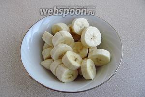Бананы очистить от кожицы и порезать кружочками.