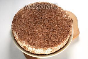 Торт освободить от разъёмной формы. Посыпать тёртым шоколадом.