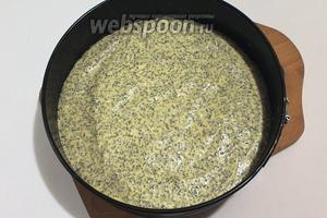 Форму (у меня диаметр 24 см) застелить пергаментом, вылить тесто и выпекать 35-40 минут при 180°C.