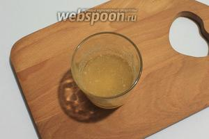 Желатин залить сиропом от ананасов, оставить на 30 минут.