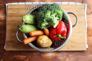 Для приготовления рецепта подготовить головку брокколи, кабачки, морковь, сладкий красный перец, лук, картофель, оливковое мало и специи. Сначала промойте овощи в холодной воде и просушите бумажным полотенцем.