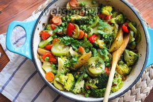 Готовое рагу попробуйте на соль и если требуется досолите и приправьте чёрным перцем. Присыпьте рагу зеленью и немедленно подавайте на стол с ложкой сметаны и щепоткой молотого чили. Приятного аппетита!