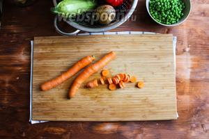 Морковь порежьте на кружки толщиной 3-4 мм. Если у вас очень крупная морковь, разрежьте её вдоль пополам и порежьте на полу кружки такой же толщины.