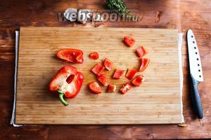 Затем порежьте красный перец пополам, удалите семенную коробочку. Нарежьте перец сначала на полоски, а затем на небольшие кусочки размером 1-2 см.