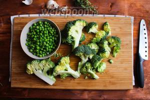 Брокколи разделите на небольшие соцветия. Горошек достаньте из упаковки и обдайте холодной водой, чтобы убрать обледенение.