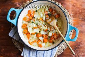 Поставьте на средний огонь большую глубокую сковороду с толстым дном. Мне нравится готовить в чугунной посуде. Она лучше удерживает тепло и мягко нагревает продукты. Плесните немного оливкового масла в сковороду и когда масло нагреется добавьте лук и морковь. Пассеруйте овощи до прозрачности помешивая время от времени деревянной лопаткой. Когда лук станет прозрачным приправьте овощи по вкусу чёрным перцем, добавьте листики тимьяна и перемешайте.