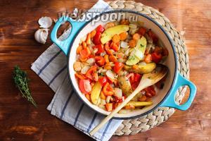 Теперь добавьте в сковороду картофель, красный перец и чеснок. Ещё раз перемешайте и готовьте минут 10. Помешивайте овощи каждые 2 минуты.