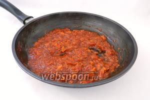 Тушим на среднем огне, периодически помешивая, до испарения жидкости. Когда поджарка начнёт жариться, снимаем сковороду с огня.