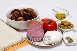 Для приготовления мини-пицц возьмём готовое слоёное тесто, грибы опята (очевидно, тепличные), помидор, моцареллу, оливки, колбасу или ветчину, оливковое масло, соус сладкий чили, прованские травы.