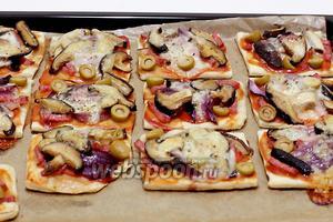 Готовые мини-пиццы легко снимаются с пергамента. Приятного аппетита!