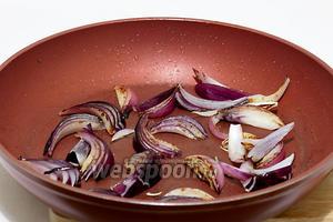 Быстро поджарить лук в оставшемся после грибов масле, почти на сухой сковороде. Нужно, чтобы лук ещё оставался хрустящим, но слегка зарумянился.